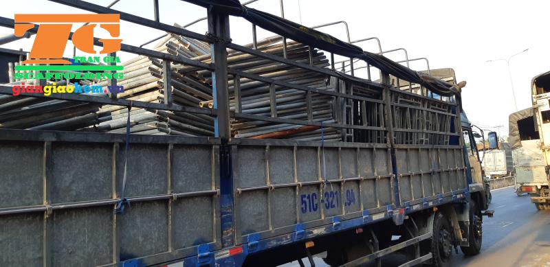 Các đơn giàn giáo mà khách hàng thuê sẽ được vận chuyển đến công trình bằng xe tải thùng hoặc xe cẩu